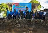 Mise en chantier d'un mât du drapeau national sur l'île de Thô Chu