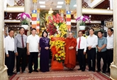 La vice-présidente vietnamienne Dang Thi Ngoc Thinh félicite des bouddhistes
