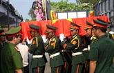 Quang Trị: inhumation des restes de 26 volontaires vietnamiens tombés au Laos 