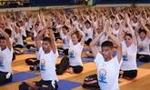 Un millier de personnes pratiquent le yoga ensemble à Hanoï