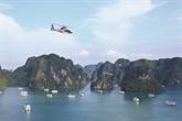 Contempler la baie de Ha Long en hélicoptère