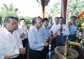 Nguyên Xuân Phuc rend hommage aux héros morts pour la Patrie à Quang Nam
