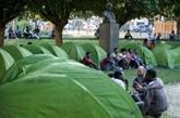 Nantes: associations et migrants plantent des tentes dans le centre-ville