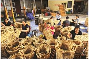 Lartisanat de la jacinthe deau en plein essor à Kim Son