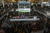 Hong Kong: l'aéroport rouvert, Pékin muscle son discours