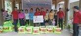 Dons et cadeaux en faveur des victimes des inondations à Thanh Hoa