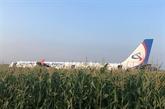 Russie: un Airbus atterrit d'urgence sur un champ de maïs