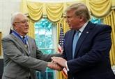 Donald Trump décore Bob Cousy, 91 ans, légende de la NBA