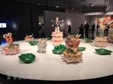 Des Vietnamiens à une exposition d'art contemporain au Chili