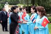 La présidente de l'AN rencontre des Vietnamiens en Thaïlande