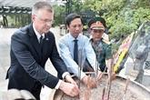L'ambassadeur américain se rend au cimetière national de Truong Son