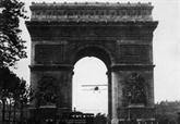 Le 7 août 1919, Charles Godefroy vole sous l'Arc de Triomphe