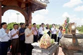 Le Premier ministre Nguyên Xuân Phuc offre de lencens à lancienne citadelle de Quang Tri