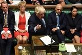 Brexit : Boris Johnson persiste et signe devant le Parlement