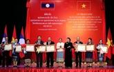 Des distinctions honorifiques de l'État vietnamien à des collectifs et des individus laotiens