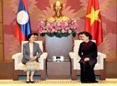 Le Laos décore des collectivités et responsables de l'Assemblée nationale vietnamienne