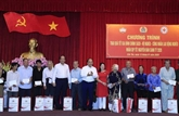 Le PM présente des cadeaux du Têt à des personnes démunies à Cân Tho