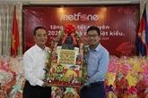 Des cadeaux pour des familles de Viêt kiêu démunis au Cambodge