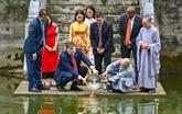 L'ambassadeur américain relâche des carpes pour faire ses adieux aux Génies du Foyer