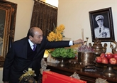 Le Premier ministre offre des baguettes d'encens en mémoire de feux dirigeants