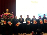 Livre sur le président et secrétaire général du Parti offert aux soldats