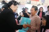 Des dirigeants offrent des cadeaux du Têt à des familles démunies