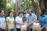 Têt : des dirigeants offrent des cadeaux aux habitants des localités