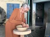 Elle préserve l'âme de la poterie Cham