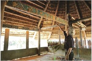 Bhriu Pô grave la culture Co Tu dans le bois précieux