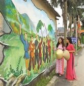 Des rues ornées de fresques dans une campagne paisible