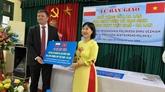 Remise des cadeaux au lycée Vietnam-Pologne