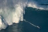 À Nazaré, des surfeurs de l'extrême s'attaquent aux premières vagues géantes