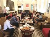 Le Consul général de France rencontre deux volontaires vietnamiennes