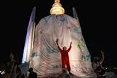 Thaïlande : des manifestants grimpent sur un monument de Bangkok