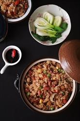 Claypot rice ou riz cuit dans une casserole en terre cuite