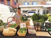 Phuoc Lôc et son étal de légumes au marché de la Terre en Australie