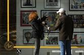 Desœuvresd'art se glissent dans les vitrines des magasins désertés