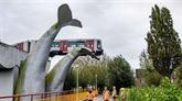 Pays-Bas : un métro qui déraille s'échoue sur une sculpture de cétacé