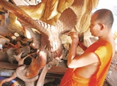 Les moines - sculpteurs de la pagode Doi