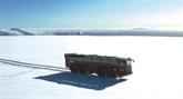 Islande : un bus géant qui chevauche les glaciers menacés
