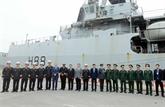 Le navire HMS Entreprise de la Marine royale britannique au port de Tân Vu