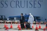 Des passagers débarquent du paquebot au Japon, plus de 2.000 morts en Chine