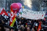 Retraites : les opposants redescendent dans la rue, des grèves se poursuivent