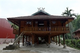 Le khâu cut sur le toit de la maison des Thai noirs