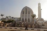 L'Égypte ferme mosquées et églises