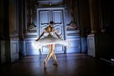 Confinés, les danseurs de ballet s'entraînent à petits pas