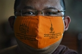 Des masques en plastique recyclé fabriqués par des moines thaïlandais
