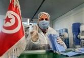 En Tunisie, des ouvrières se confinent à l'usine pour fabriquer des masques