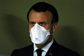COVID-19 : Macron dans une usine de masques, plus de 3.000 morts en France