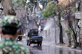 Des rues de Hanoï désinfectées après un nouveau cas de COVID-19